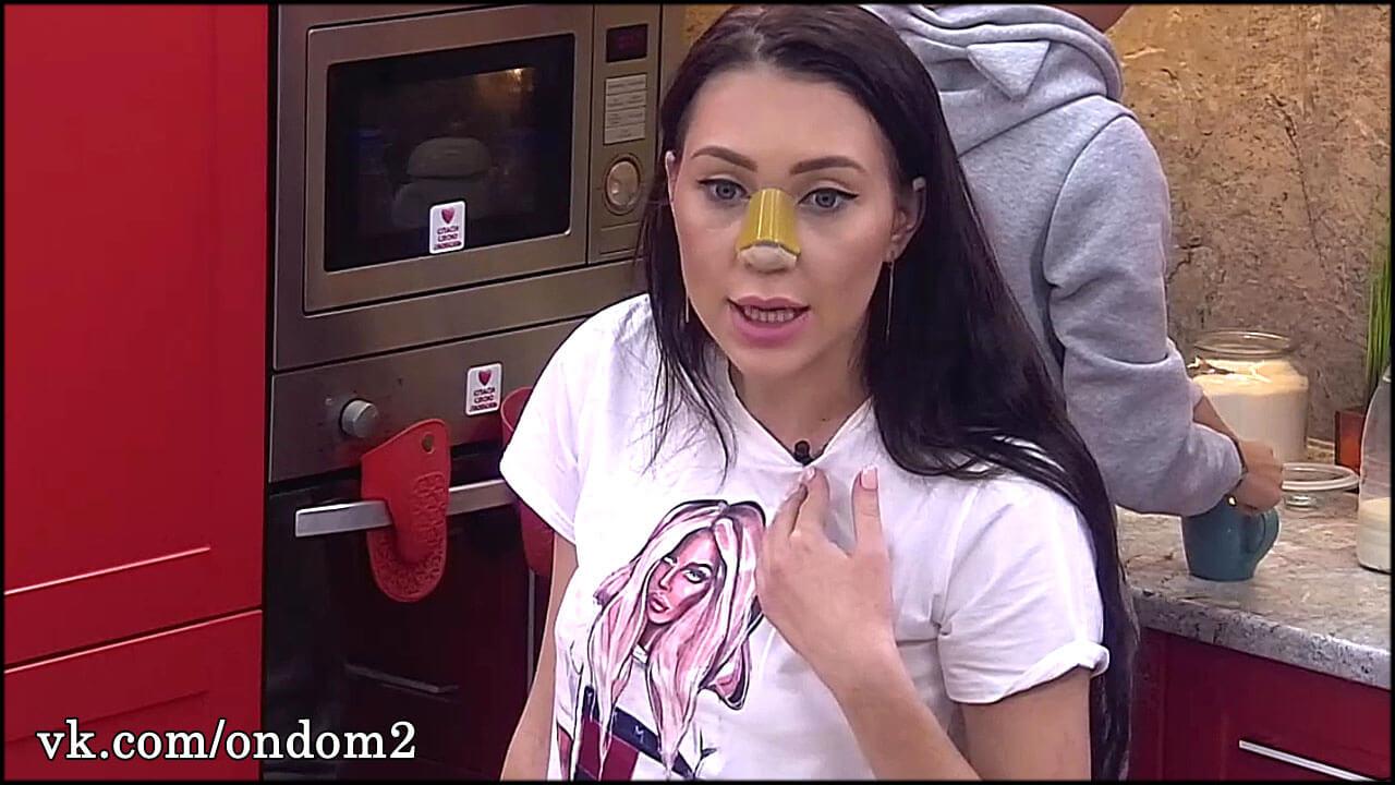 Алёна Савкина не выдержала, расстегнула кофту и показала новую грудь + фото