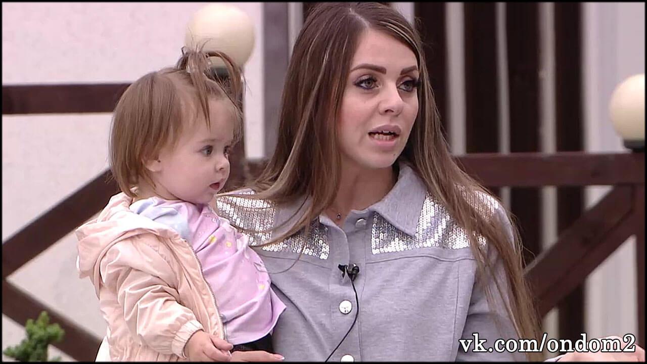 По этой причине мамочки запрещают детям играть с Василисой Рапунцель на дворовой площадке